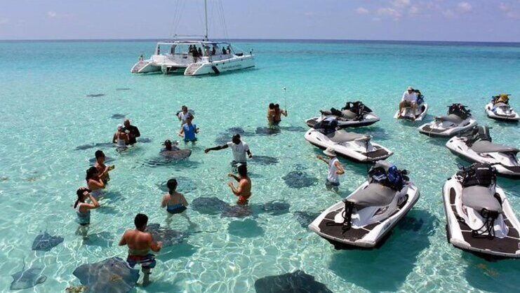 Picture of people and jet skis at Stingray City sandbar