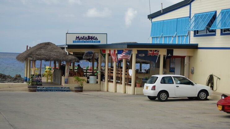 picture of car in parking lot at macabuca