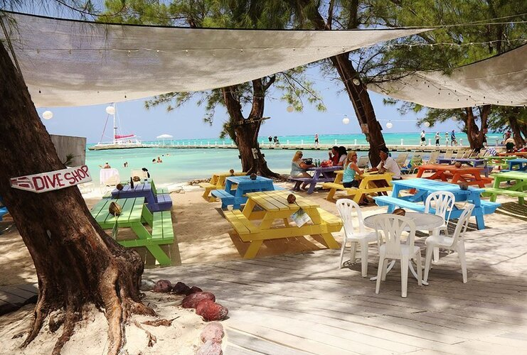 picture of people eating lunch at rum point